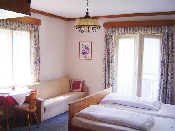 helles Zimmer am Sonnenhof am Weissensee in Kärnten Urlaub am Bauernhof