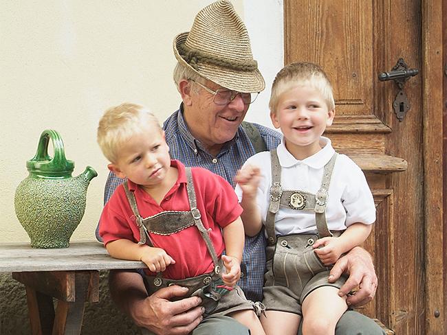 Opa mit Kinder am Sonnenhof - Raderhof am Weissensee in Kärnten